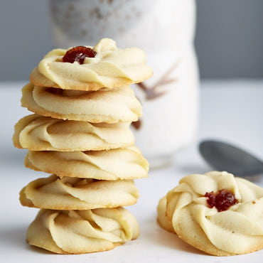 These shortbread cookies with jam are easy to make, in just 25 minutes total. The melt-in-your-mouth goodness with a drop of chewy jam in the middle. They are simply to die for.