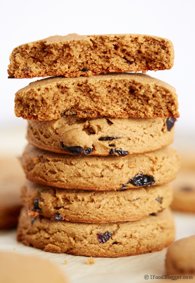 Easy Oatmeal Raisin Cookies - A healthy(er) recipe with less sugar and butter. This recipes only takes 10-15 minutes of prep time and 18-20 minutes to bake. Best oatmeal raisin cookies. Enjoy!