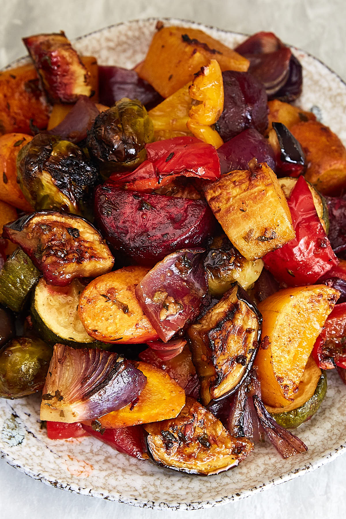 he best oven roasted vegetables ever! Made quickly and effortlessly. Every vegetable is cooked to perfection. | ifoodblogger.com #roastedvegetables #vegan #vegetarian #lowcarb #healthyrecipes #roastedveg #ovenroasted
