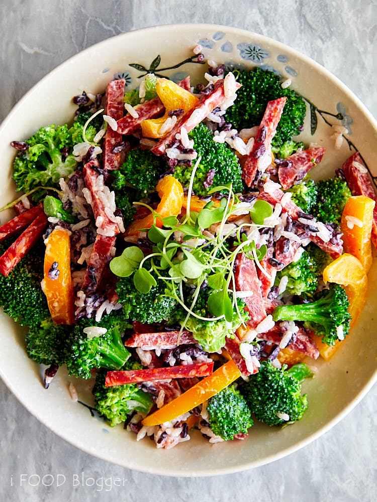 The Best Broccoli Salad with red rice, spicy salami and bell peppers | ifoodblogger.com