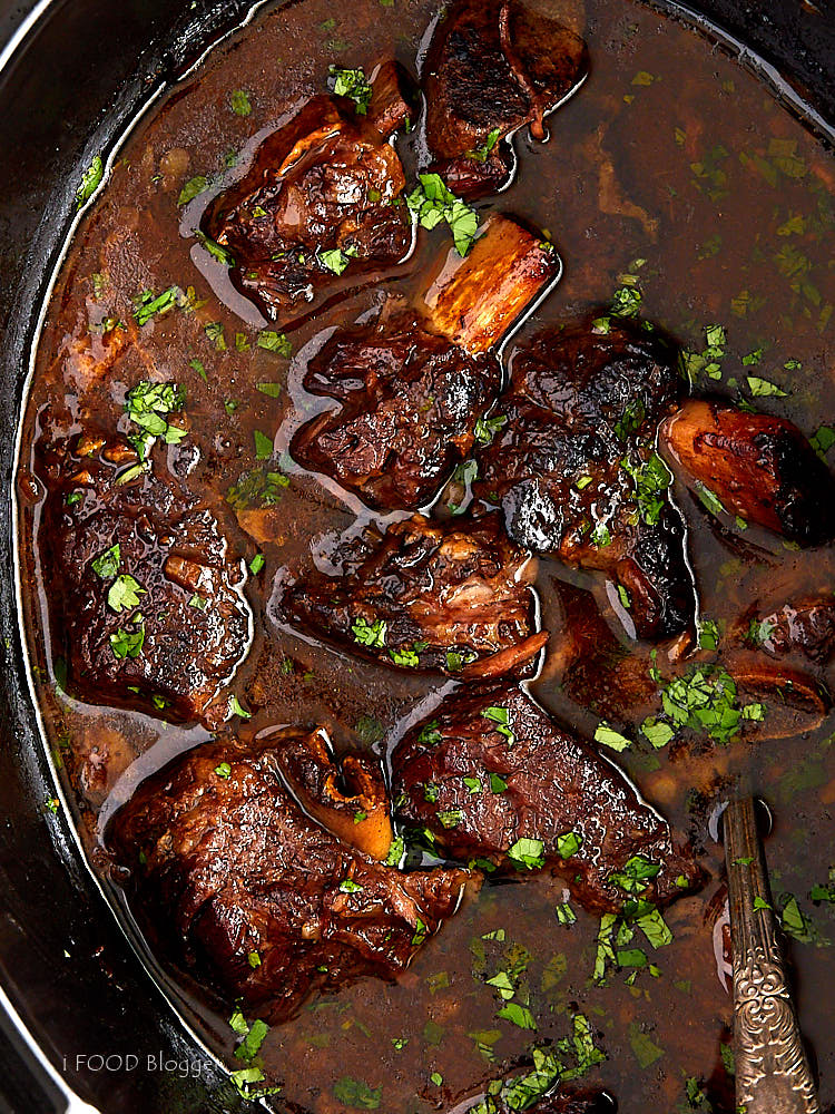 These slow cooker beef short ribs are simple to make yet big on flavor. This is one of the best Crock-Pot beef recipes.   ifoodblogger.com